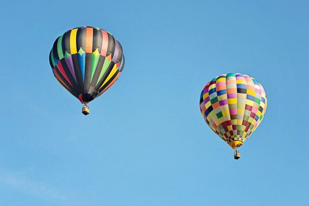 deux montgolfières